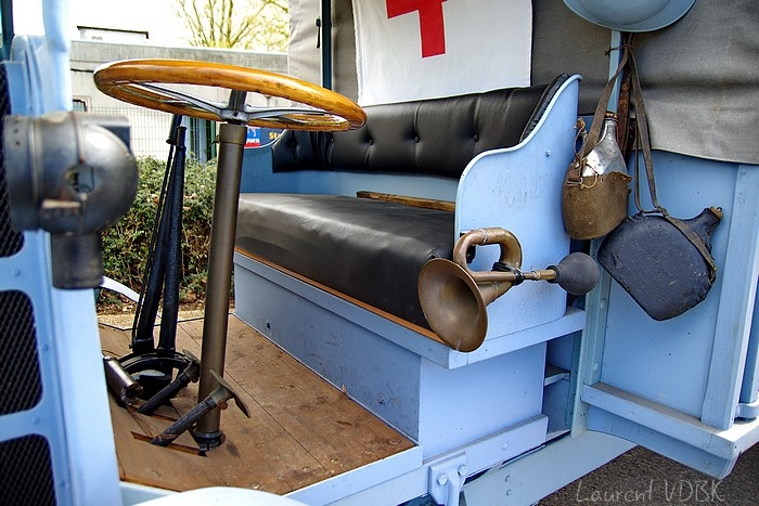 Sotteville-lès-Rouen : L'hippodrome des Bruyères a été transformé en camp hospitalier australien pendant la première guerre mondiale il ya 100 ans. Photo ambulance d'époque