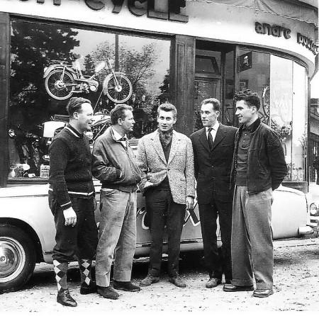 Anquetil devant le magasin Boucher (son entraîneur) ront point du jardin des plantes à Sotteville-lès-Rouen