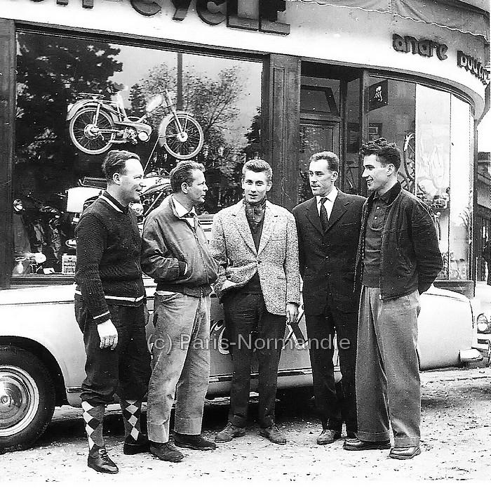 Jacques Anquetil devant le magasin de son entraîneur, André Boucher - Sotteville-lès-Rouen