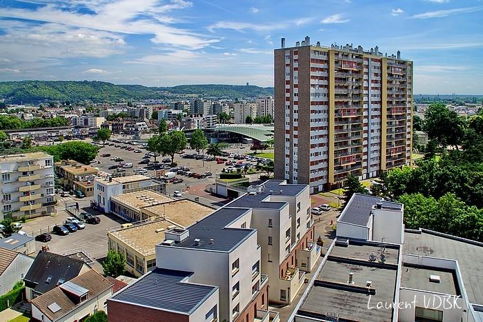 """Sotteville-lès-Rouen vu du haut de la grue du chantier de la résidence """"l'Orée du Bois"""" : l'ILN la Garenne et la place de l'Hôtel de Ville"""