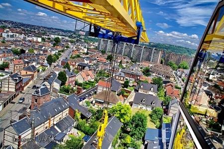 """Sotteville-lès-Rouen vu du haut de la grue du chantier de la résidence """"l'Orée du Bois"""" : la rue Léon Salva, rue Benoît Malon et l'immeuble Champagne et la flèche de la grue"""