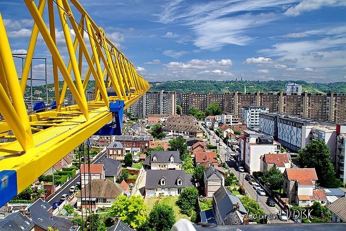 """Sotteville-lès-Rouen vu du haut de la grue du chantier de la résidence """"l'Orée du Bois"""" : La rue des frères Canton, les immeubles de la rue Dremarest et l'espace Marcel Lods"""