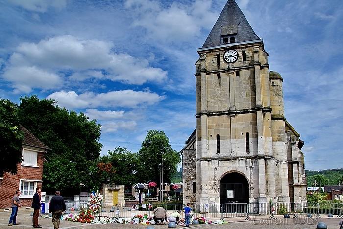 L'église de Saint Etienne du Rouvray suite à l'attentat du 26 juillet 2016 au cours duquel le Père Jacques Hamel a été assassiné