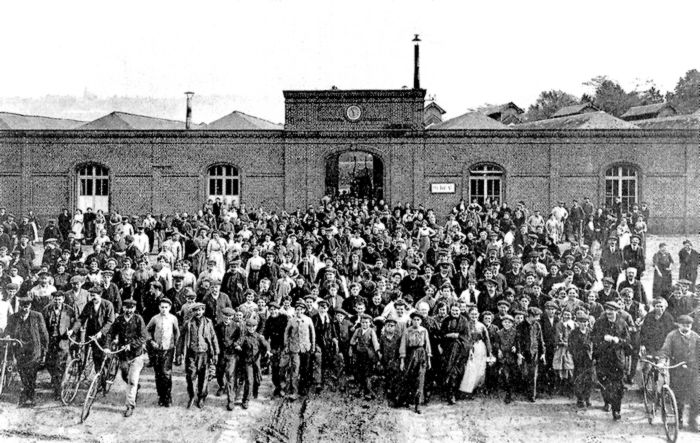 Personnel devant les établissements Bertel - Sotteville-lès-Rouen