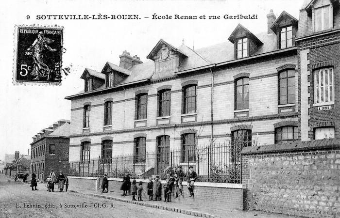 Enfants devant l'Ecole Renan - Sotteville-lès-Rouen