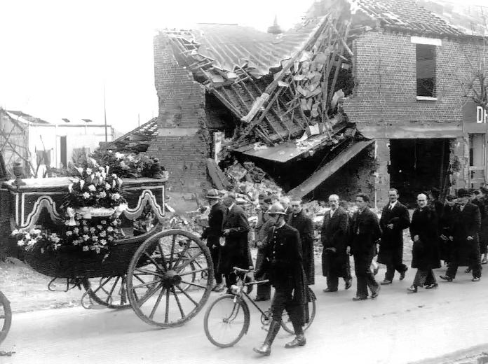 Procession lors des funérailles à Sotteville-lès-Rouen suite aux bombardements