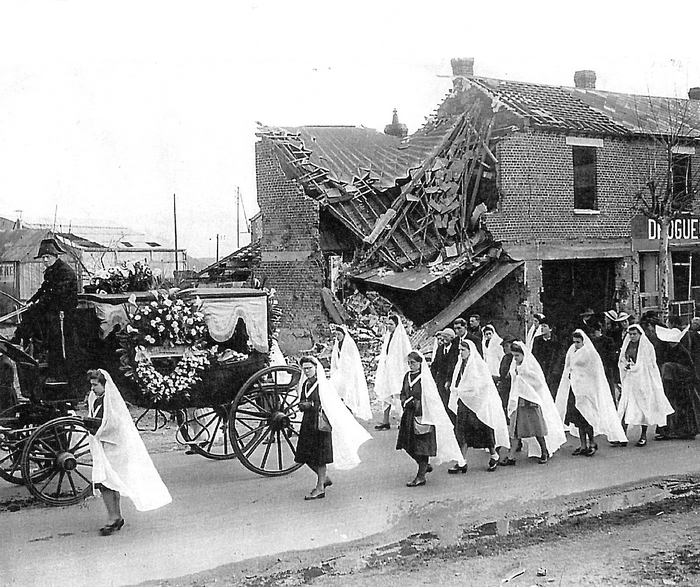 Procession d'enterrement dans les rues démolies par les bombardements à Sotteville-lès-Rouen