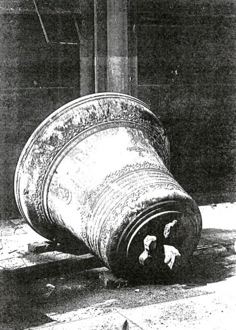 Cloche Claire tombée à terre lors du bombardement de l'église Notre Dame de l'Assomption à Sotteville-lès-Rouen