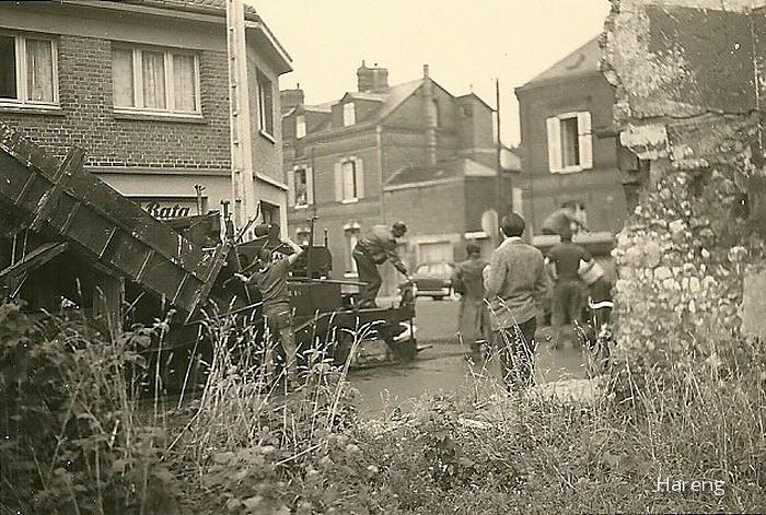 Sotteville-lès-Rouen - Pose du bitume dans les années 60 à l'angle des rues de Paris et Raspail