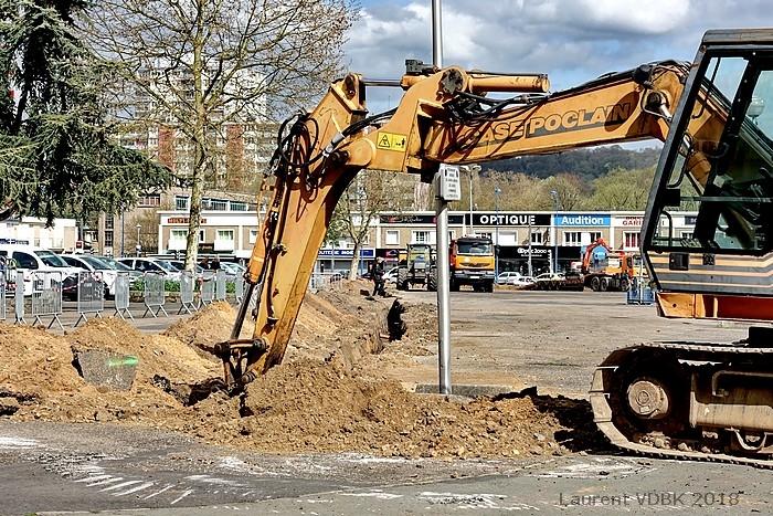 Travaux préparatoires au réaménagement de la place de l'Hôtel de Ville de Sotteville-lès-Rouen : tranchée coupant la place