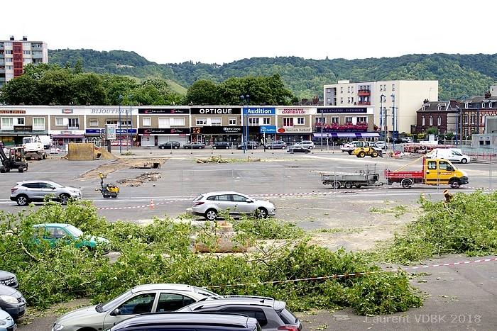 Chantier de réaménagement de la place de l'Hôtel de Ville de Sotteville-lès-Rouen : abattage des arbres