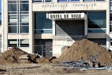 Réaménagement de la place : L'entrée de l'Hôtel de ville (en hauteur) tombre dans le vide à cause de la suppression de la butte - Sotteville-lès-Rouen