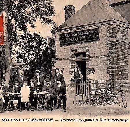Carte postale ancienne du café à l'angle de la rue Victor Hugo et de l'Avenue du juillet - Sotteville-lès-Rouen