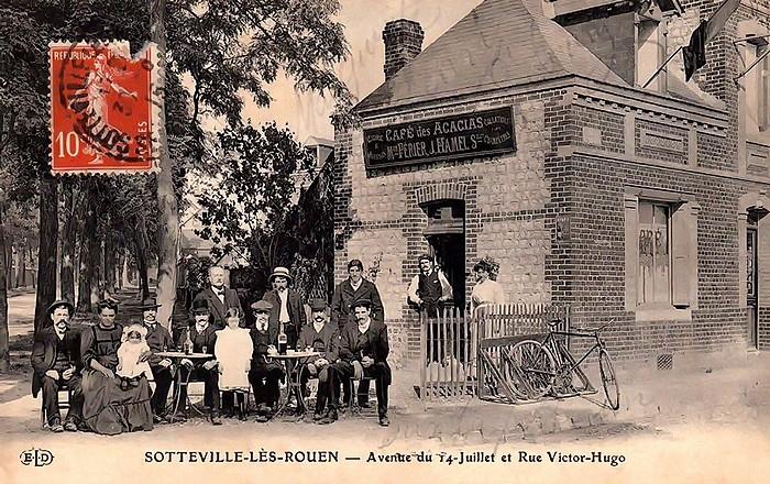 Photo d'époque du café à l'angle de la rue Victor Hugo et de l'Avenue du juillet - Sotteville-lès-Rouen