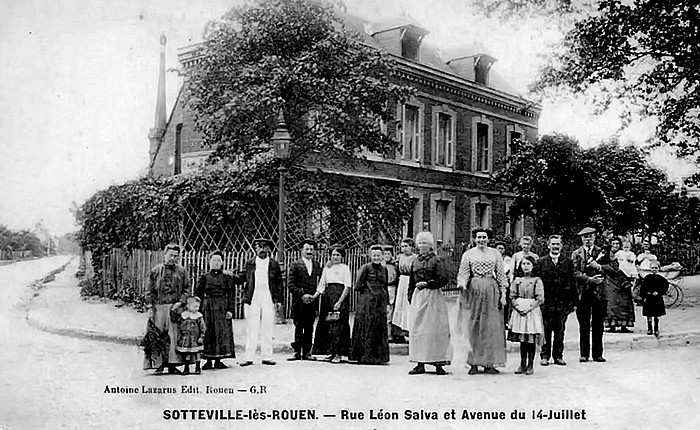 Café à l'angle de l'avenue du 14 juillet et de la rue Léon Salva à Sotteville-lès-Rouen