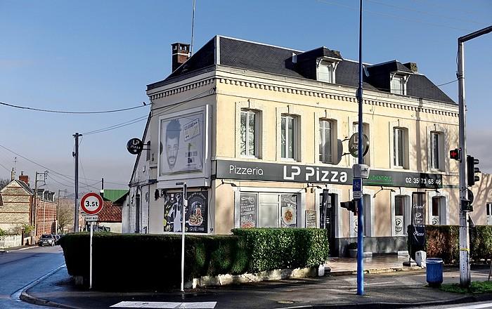 LP pizza à l'angle de l'avenue du 14 juillet et de la rue Léon Salva à Sotteville-lès-Rouen