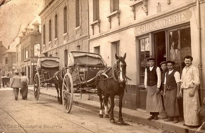 Carte postale ancienne d'une boulangerie rue de Paris à Sotteville-lès-Rouen