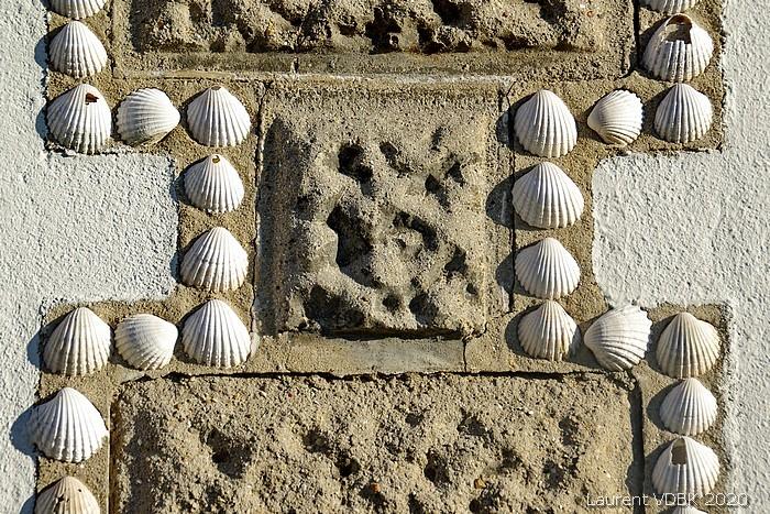 Façade décorée de coquillages