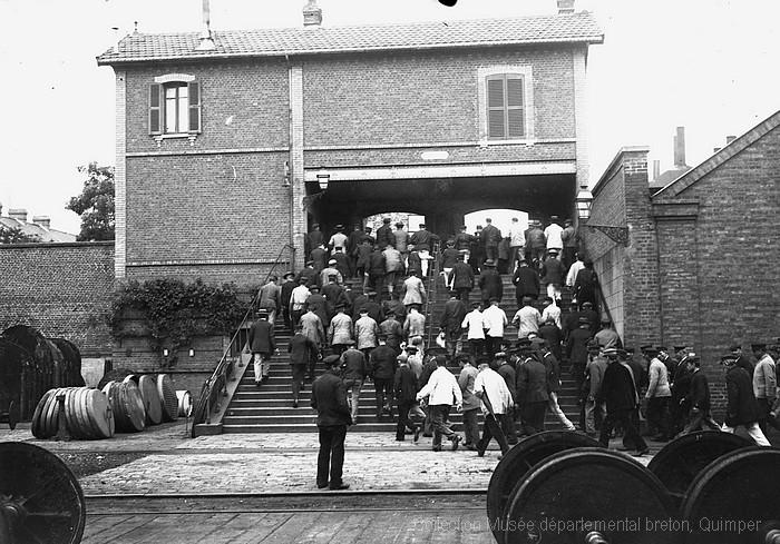 Sortie des ateliers des ouvriers cheminots à Sotteville-lès-Rouen (André Le Chat)