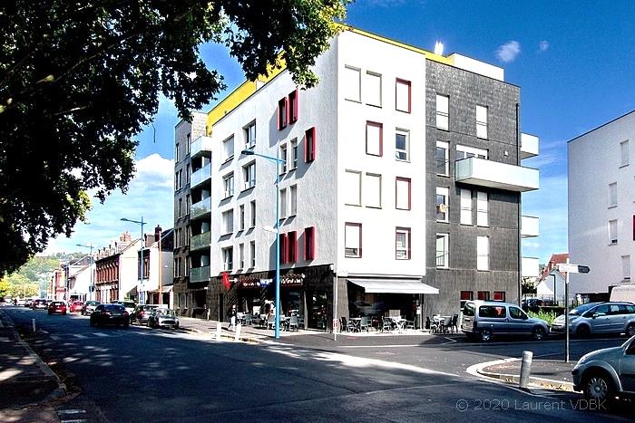 Angle des rues Raspail et Victor Hugo à Sotteville-lès-Rouen (Bar le Narval au rez-de-chaussée de la résidence Charlotte Perriand)