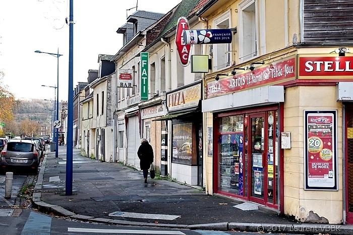 Angle des rues Raspail et Victor Hugo à Sotteville-lès-Rouen (commerces)