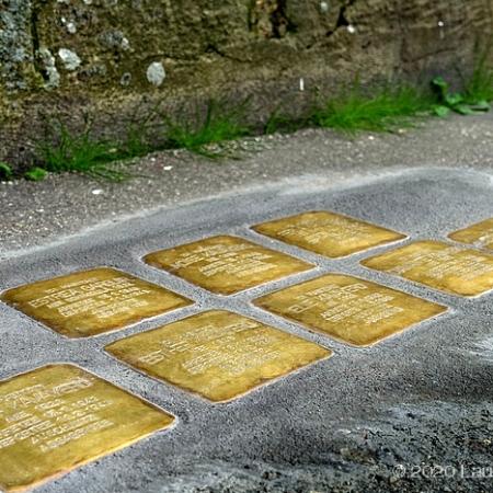 Pavés de laiton hommage à la famille juive Kavayéro, rue du Cours à Sotteville-lès-Rouen