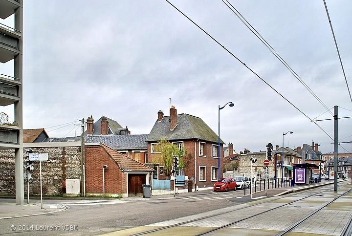 La rue Léon Blum les voies du métro à Sotteville-lès-Rouen