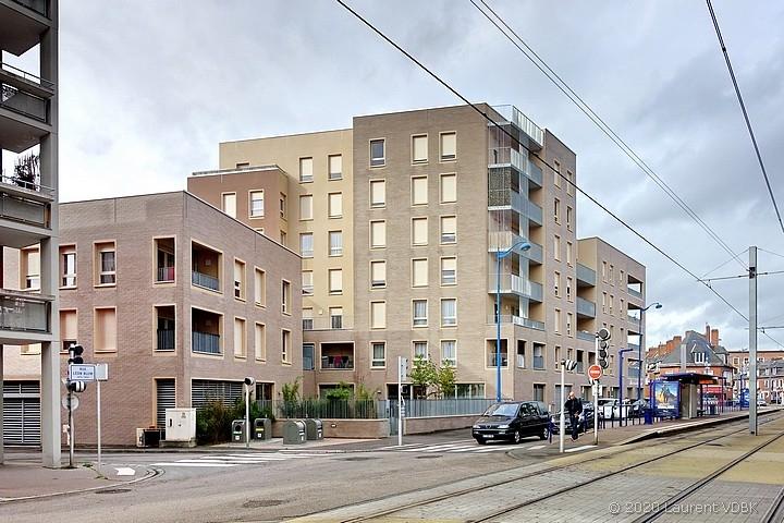 Les nouveau immeubles (résidence Simon Veil) et la station de métro Voltaire rue Léon Blum à Sotteville-lès-Rouen