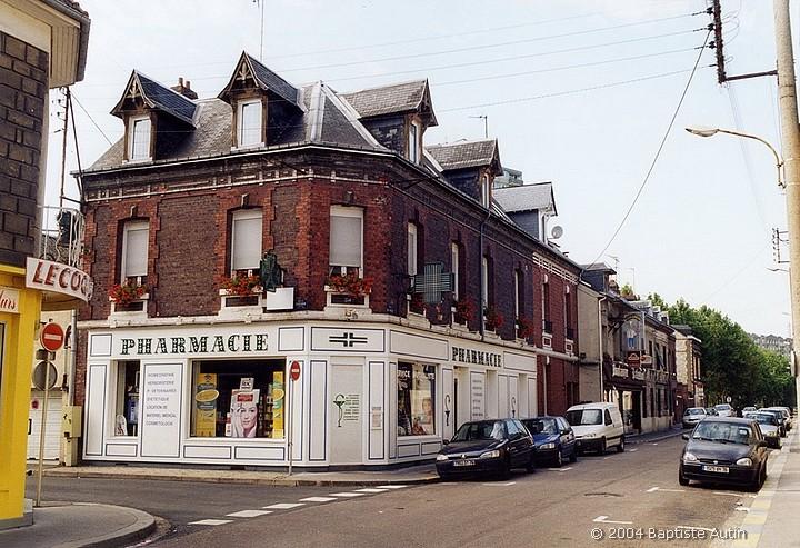 Pharmacie à l'angle de la rue de Paris et de la rue Boieldieu à Sotteville-lès-Rouen en 2004